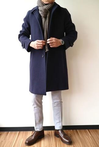 Как и с чем носить: темно-синее длинное пальто, серые шерстяные классические брюки, темно-коричневые кожаные туфли дерби, темно-коричневый шарф в клетку