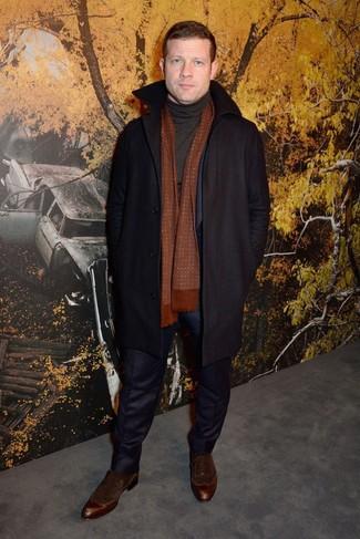 Как Dermot O'Leary носит Черное длинное пальто, Темно-синий костюм, Черная водолазка, Темно-коричневые замшевые оксфорды
