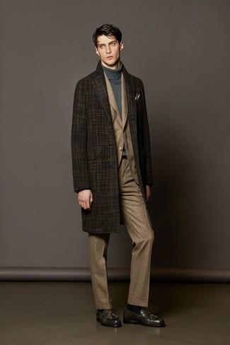 Модный лук: темно-коричневое длинное пальто в шотландскую клетку, коричневый костюм в шотландскую клетку, серая водолазка, темно-серые кожаные лоферы с кисточками