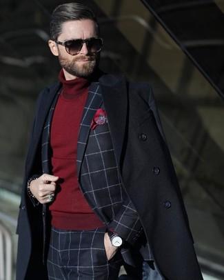 Как и с чем носить: черное длинное пальто, темно-синий костюм в клетку, темно-красная водолазка, красный нагрудный платок с принтом