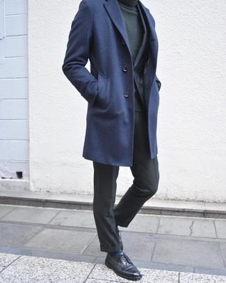 Как и с чем носить: темно-синее длинное пальто, темно-серый костюм, темно-зеленая водолазка, черные кожаные туфли дерби