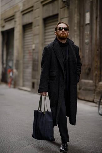 """Как и с чем носить: черное длинное пальто с узором """"в ёлочку"""", черный шерстяной костюм, черная водолазка, черные кожаные лоферы"""