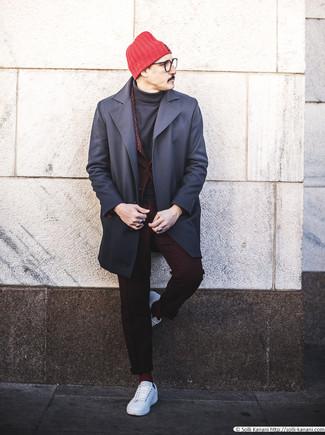 Темно-красный костюм: с чем носить и как сочетать: Темно-красный костюм в сочетании с темно-синим длинным пальто поможет создать запоминающийся мужской лук. Дополни лук белыми кожаными низкими кедами, если не хочешь, чтобы он получился слишком формальным.