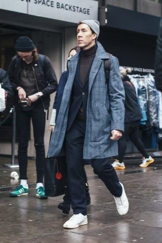 Серая шапка: с чем носить и как сочетать мужчине: Если ты ценишь удобство и практичность, серое длинное пальто в шотландскую клетку и серая шапка — хороший вариант для привлекательного повседневного мужского лука. Сбалансировать ансамбль и добавить в него толику классики позволят белые кожаные низкие кеды.