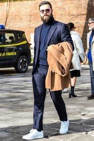 Коричневые солнцезащитные очки: с чем носить и как сочетать мужчине: Если ты запланировал насыщенный день, сочетание светло-коричневого длинного пальто и коричневых солнцезащитных очков позволит создать комфортный ансамбль в стиле кэжуал. Пара белых низких кед позволит сделать ансамбль цельным.