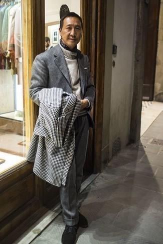 """Черные замшевые туфли дерби: с чем носить и как сочетать: Сочетание бело-черного длинного пальто с узором """"гусиные лапки"""" и серого шерстяного костюма позволит исполнить строгий деловой стиль. Вкупе с этим ансамблем удачно будут выглядеть черные замшевые туфли дерби."""
