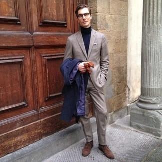 Табачные кожаные перчатки: с чем носить и как сочетать мужчине: Дуэт темно-синего длинного пальто и табачных кожаных перчаток - самый простой из возможных луков для активного уикенда. Коричневые замшевые ботинки дезерты добавят луку нотки классики.