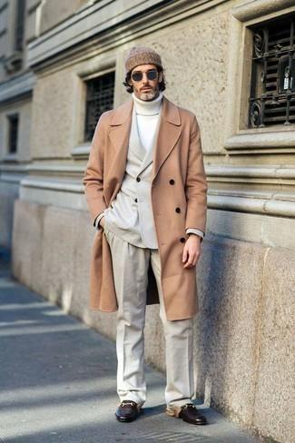 С чем носить белую шерстяную водолазку мужчине: Белая шерстяная водолазка и светло-коричневое длинное пальто — беспроигрышный вариант для создания мужского ансамбля в элегантно-деловом стиле. Хотел бы сделать образ немного строже? Тогда в качестве обуви к этому ансамблю, обрати внимание на темно-коричневые кожаные лоферы.