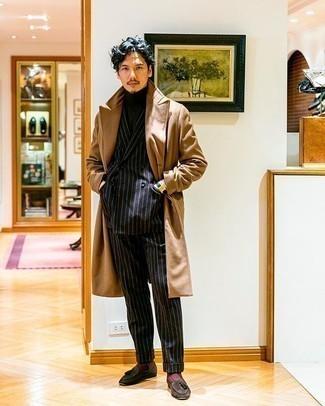 С чем носить черный костюм в вертикальную полоску: Несмотря на то, что это достаточно выдержанный образ, образ из черного костюма в вертикальную полоску и светло-коричневого длинного пальто неизменно нравится джентльменам, а также покоряет сердца девушек. Пара темно-коричневых замшевых лоферов с кисточками прекрасно гармонирует с остальными составляющими ансамбля.
