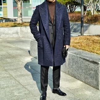 С чем носить коричневую водолазку мужчине: Если ты принадлежишь к той немногочисленной категории мужчин, которые каждый день смотрятся безупречно стильно, тебе придется по вкусу тандем коричневой водолазки и темно-синего длинного пальто. Хотел бы привнести сюда нотку эффектности? Тогда в качестве обуви к этому ансамблю, выбирай черные кожаные оксфорды.
