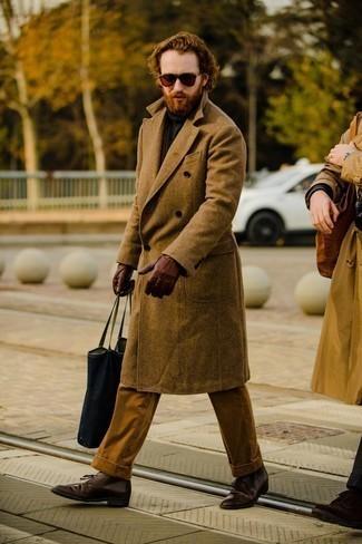 Мужские луки в стиле смарт-кэжуал: Для воплощения элегантного вечернего ансамбля великолепно подойдет коричневое длинное пальто и коричневый костюм. Что касается обуви, можно отдать предпочтение практичности и надеть темно-коричневые кожаные ботинки дезерты.