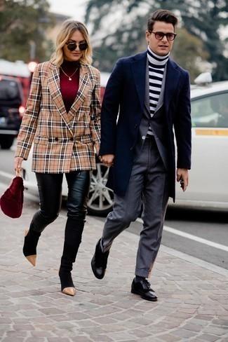 Мужские луки в деловом стиле: Несмотря на то, что этот ансамбль кажется весьма сдержанным, тандем темно-синего длинного пальто и темно-серого костюма всегда будет нравиться стильным мужчинам, неизбежно покоряя при этом сердца барышень. Заверши лук черными кожаными брогами, если не хочешь, чтобы он получился слишком формальным.