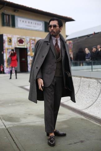 Как и с чем носить: темно-коричневое длинное пальто в мелкую клетку, темно-коричневый костюм, темно-коричневый жилет, бело-коричневая классическая рубашка в мелкую клетку