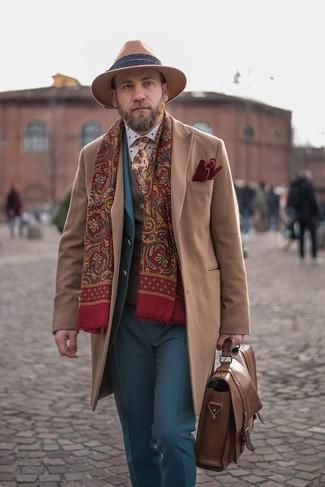 Как и с чем носить: светло-коричневое длинное пальто, синий костюм, коричневый шерстяной жилет, белая классическая рубашка в горошек