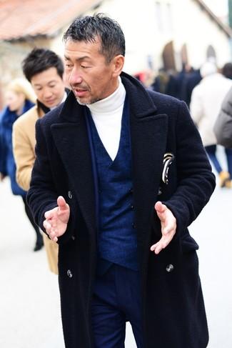 Как и с чем носить: темно-синее длинное пальто, темно-синий костюм, темно-синий жилет, белая водолазка