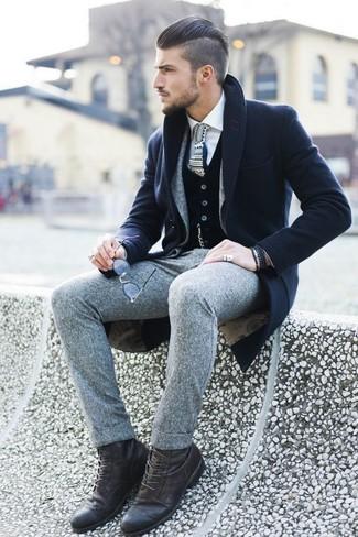 Темно-синее длинное пальто в паре с серым шерстяным костюмом — образец делового городского стиля. Ты можешь легко приспособить такой ансамбль к повседневным делам, надев темно-коричневыми кожаными повседневными ботинками.