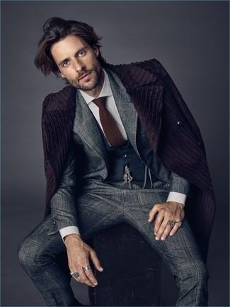 Как и с чем носить: темно-пурпурное длинное пальто, серый костюм в шотландскую клетку, темно-серый жилет, белая классическая рубашка