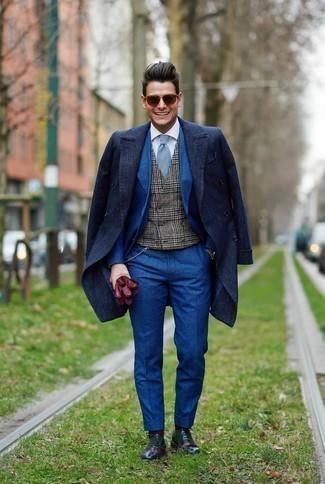 Темно-серый жилет в шотландскую клетку: с чем носить и как сочетать: Несмотря на то, что это классический лук, образ из темно-серого жилета в шотландскую клетку и темно-синего длинного пальто всегда будет нравиться джентльменам, но также пленяет при этом дамские сердца. Что касается обуви, разноцветные кожаные оксфорды — наиболее целесообразный вариант.