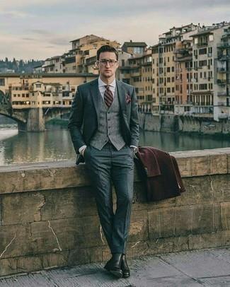 Модные мужские луки 2020 фото в холод: Несмотря на то, что этот лук выглядит довольно-таки выдержанно, сочетание темно-коричневого длинного пальто и серого костюма является постоянным выбором современных джентльменов, покоряя при этом сердца дамского пола. черные кожаные ботинки челси добавят ансамблю непринужденности и динамичности.