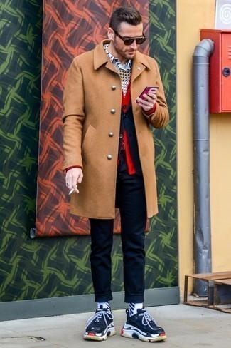 Голубая рубашка с длинным рукавом с принтом: с чем носить и как сочетать мужчине: Согласись, лук из голубой рубашки с длинным рукавом с принтом и светло-коричневого длинного пальто смотрится выше всяких похвал? Ты сможешь легко приспособить такой ансамбль к повседневным условиям городской жизни, надев темно-сине-белыми кроссовками.