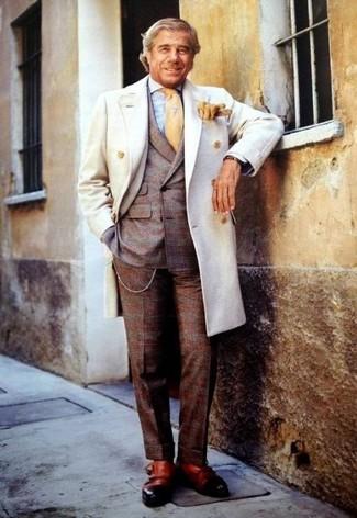 Как и с чем носить: белое длинное пальто, коричневый шерстяной костюм в шотландскую клетку, голубая классическая рубашка в мелкую клетку, светло-коричневые кожаные монки с двумя ремешками