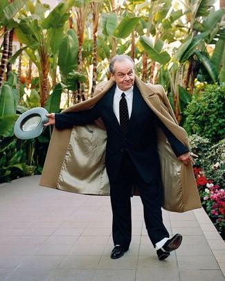 Как и с чем носить: светло-коричневое длинное пальто, черный костюм в вертикальную полоску, белая классическая рубашка, черные кожаные оксфорды