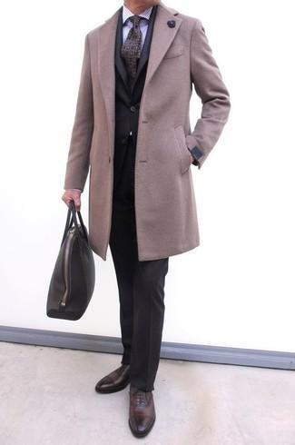 Как и с чем носить: бежевое длинное пальто, черный костюм, светло-фиолетовая классическая рубашка в вертикальную полоску, темно-коричневые кожаные оксфорды
