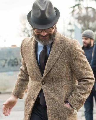 Как и с чем носить: коричневое длинное пальто, черный костюм, голубая классическая рубашка, серая шерстяная шляпа