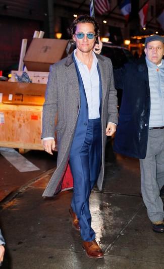 """Как и с чем носить: серое длинное пальто с узором """"в ёлочку"""", синий костюм, голубая классическая рубашка в вертикальную полоску, коричневые кожаные туфли дерби"""