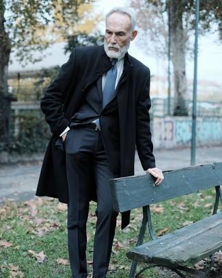 Как и с чем носить: черное длинное пальто, черный костюм, белая классическая рубашка, синий галстук с принтом