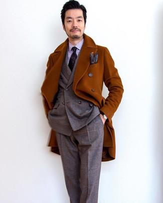 Как и с чем носить: табачное длинное пальто, коричневый шерстяной костюм в шотландскую клетку, светло-фиолетовая классическая рубашка в вертикальную полоску, темно-пурпурный галстук с принтом