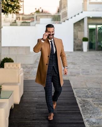 Как и с чем носить: светло-коричневое длинное пальто, темно-синий костюм в клетку, белая классическая рубашка, коричневые кожаные оксфорды