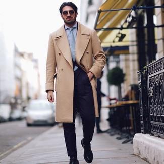 Как и с чем носить: светло-коричневое длинное пальто, темно-синий костюм, голубая классическая рубашка, черные кожаные туфли дерби