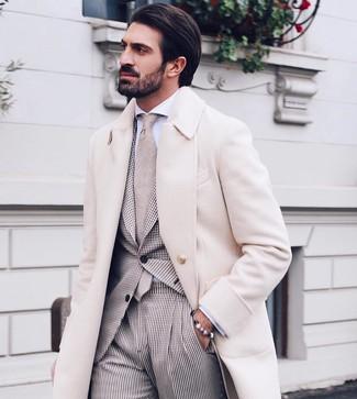 Как и с чем носить: бежевое длинное пальто, бежевый костюм в мелкую клетку, белая классическая рубашка, бежевый галстук