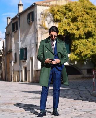 Как и с чем носить: темно-зеленое длинное пальто, синий костюм, белая классическая рубашка, темно-синие замшевые лоферы