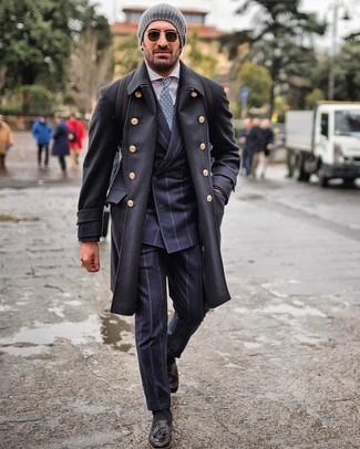 Как и с чем носить: черное длинное пальто, темно-синий костюм в вертикальную полоску, белая классическая рубашка, черные кожаные лоферы с кисточками