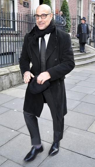 Как и с чем носить: черное длинное пальто, черный костюм, белая классическая рубашка, черные кожаные оксфорды