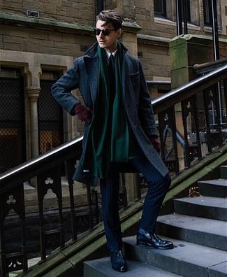 Как и с чем носить: темно-синее длинное пальто, темно-синий костюм в вертикальную полоску, белая классическая рубашка, темно-синие кожаные броги