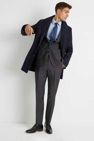 Как и с чем носить: темно-синее длинное пальто, темно-серый костюм, голубая классическая рубашка, черные кожаные туфли дерби