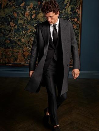 Черный галстук: с чем носить и как сочетать мужчине: Дуэт темно-серого длинного пальто и черного галстука смотрится очень мужественно и элегантно. Черные замшевые лоферы позволят сделать ансамбль не таким строгим.