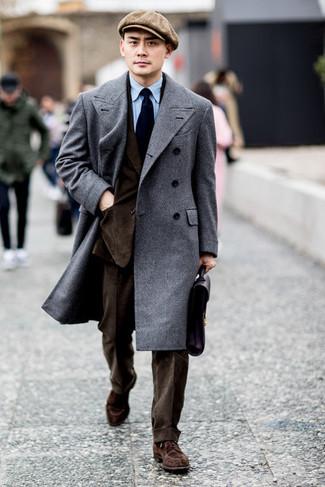 Голубая классическая рубашка: с чем носить и как сочетать мужчине: Несмотря на то, что это классический образ, ансамбль из голубой классической рубашки и серого длинного пальто всегда будет выбором стильных молодых людей, неминуемо покоряя при этом дамские сердца. Пара коричневых замшевых туфель дерби позволит сделать образ более законченным.