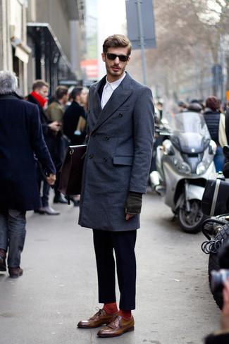 Темно-синий костюм: с чем носить и как сочетать: Комбо из темно-синего костюма и темно-синего длинного пальто позволит создать запоминающийся мужской образ. Чтобы добавить в образ чуточку беззаботства , на ноги можно надеть коричневые кожаные броги.