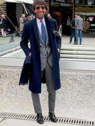 Темно-синий шарф: с чем носить и как сочетать мужчине: Сочетание темно-синего длинного пальто и темно-синего шарфа особенно популярно среди ценителей комфорта. Дополнив ансамбль черными кожаными лоферами, ты привнесешь в него нотки мужественной элегантности.