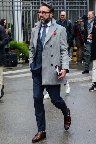 Коричневые кожаные монки с двумя ремешками: с чем носить и как сочетать: Комбо из серого длинного пальто и темно-синего костюма в клетку поможет воссоздать элегантный стиль. Коричневые кожаные монки с двумя ремешками становятся отличным завершением твоего ансамбля.