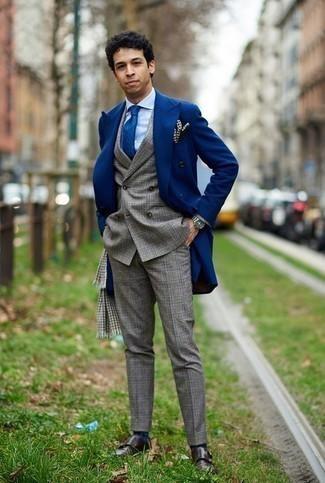 """С чем носить серый шарф с узором """"гусиные лапки"""" мужчине: Если день обещает быть насыщенным, сочетание синего длинного пальто и серого шарфа с узором """"гусиные лапки"""" позволит создать практичный ансамбль в расслабленном стиле. Чтобы немного разнообразить ансамбль и сделать его элегантнее, можно надеть темно-коричневые кожаные монки с двумя ремешками."""