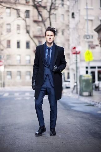 Темно-синее длинное пальто: с чем носить и как сочетать: Темно-синее длинное пальто и темно-синий костюм позволят создать элегантный мужской образ. Чтобы ансамбль не получился слишком претенциозным, можешь закончить его черными кожаными повседневными ботинками.