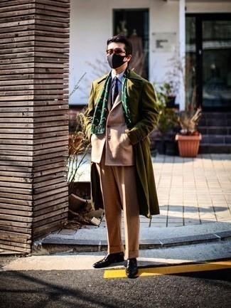 Мужские луки зима: Несмотря на то, что это классический образ, образ из оливкового длинного пальто и светло-коричневого шерстяного костюма всегда будет нравиться стильным молодым людям, но также покоряет при этом дамские сердца. Чтобы образ не получился слишком вычурным, можешь надеть темно-коричневые кожаные лоферы. Такой теплый ансамбль понравится парням, которые отдают предпочтение практичности и удобству.