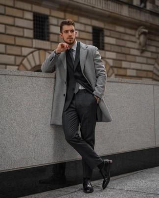 С чем носить темно-серый галстук в шотландскую клетку мужчине: Несмотря на то, что этот ансамбль кажется весьма выдержанным, дуэт серого длинного пальто и темно-серого галстука в шотландскую клетку приходится по душе джентльменам, а также пленяет сердца дам. Пара черных кожаных оксфордов очень просто интегрируется в этот лук.