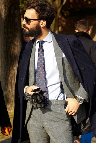 Как и с чем носить: темно-синее длинное пальто, серый костюм в шотландскую клетку, белая классическая рубашка, темно-синий галстук с принтом