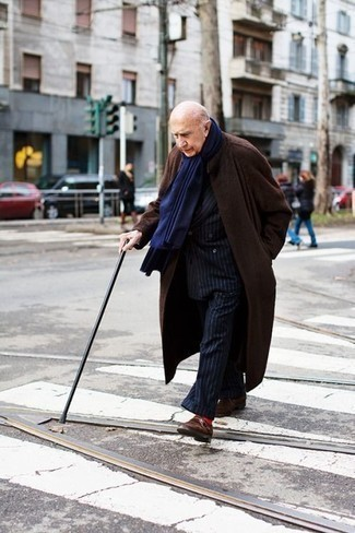Темно-синий шарф: с чем носить и как сочетать мужчине: Если этот день тебе предстоит провести в движении, сочетание темно-коричневого длинного пальто и темно-синего шарфа позволит создать удобный образ в непринужденном стиле. Что же касается обуви, можешь отдать предпочтение классическому стилю и выбрать темно-коричневые замшевые монки.